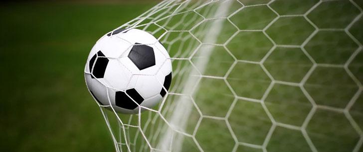 événements : match TPFC, un ballon dans un filet de foot